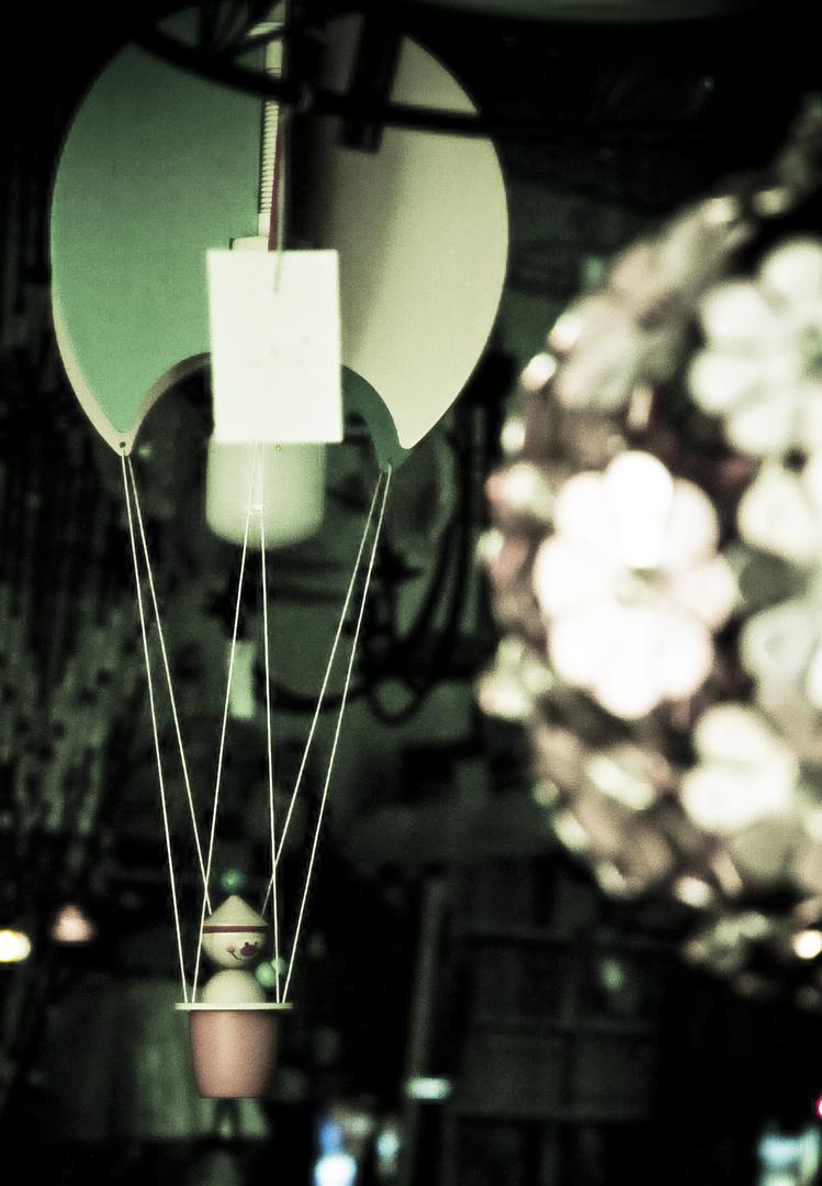 lampenladen bei nacht.