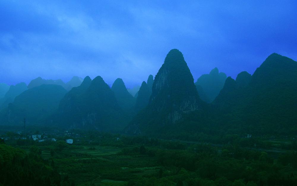 Land der Spitzen Berge