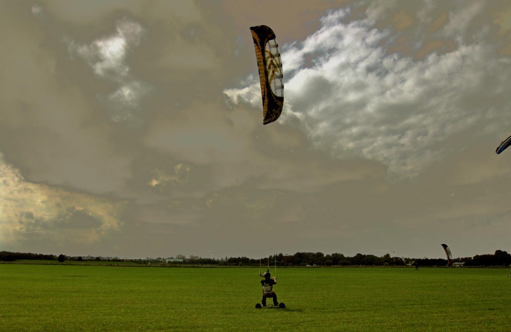 Landboarding bei 6 Knoten auf ner perfekten Wiese mit 19qm Kite...