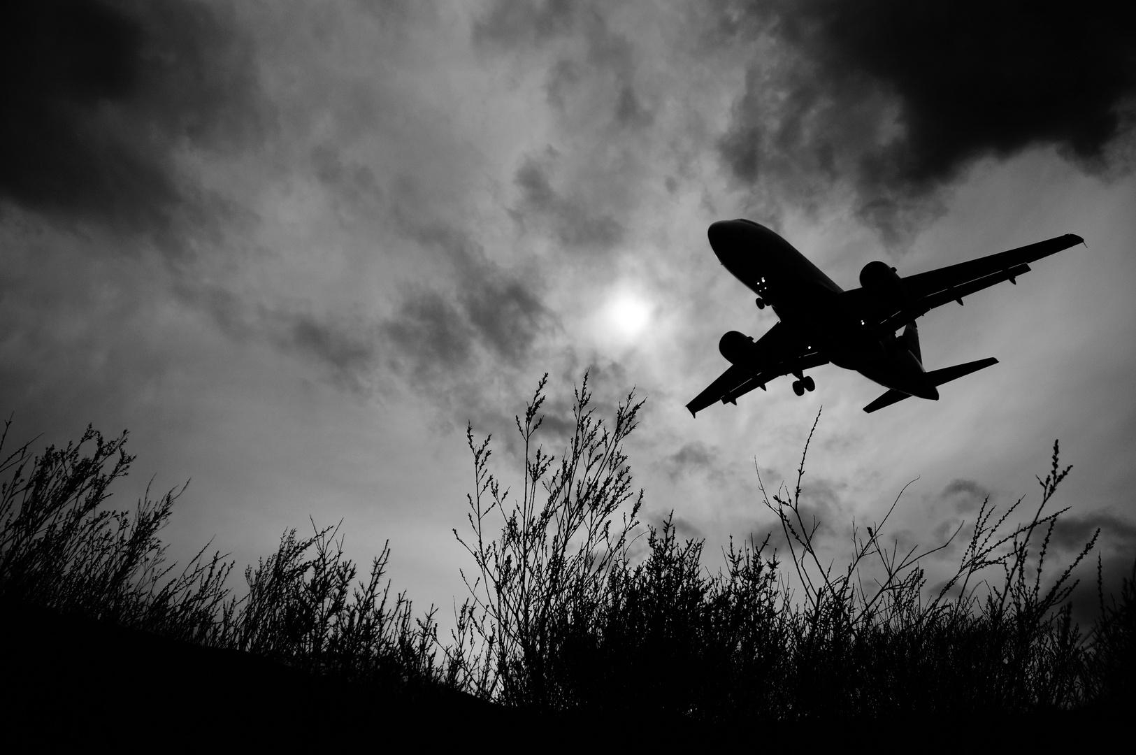 Landeanflug bei Föhnsturm in der Dämmerung