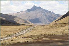 Landschaft am Pass ... Bahn und Bus ... in Peru Ü1400K