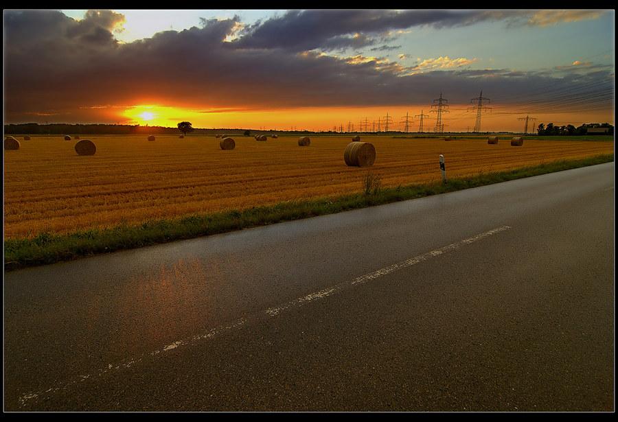 Landstraße bei Sonnenuntergang II