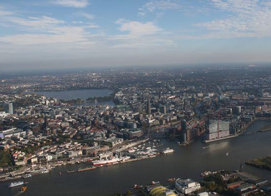 Landungsbrücken mit Elbphilharmonie und Alster im Hintergrund