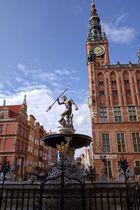 Langer Markt in Gdansk mit Rathaus und Neptunbrunnen