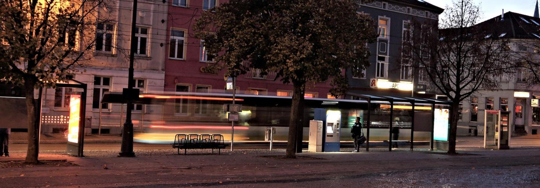 Langzeitbelichtung einer Straßenbahnhaltestelle (2)
