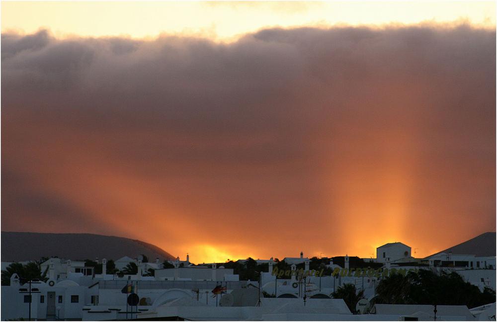 Lanzarote ...(Ein Glas Rotwein und dieser Blick von meinem Apartment)...bestes Kino!