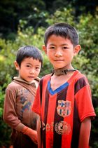 Laotische Jungs mit umgehängter Steinschleuder