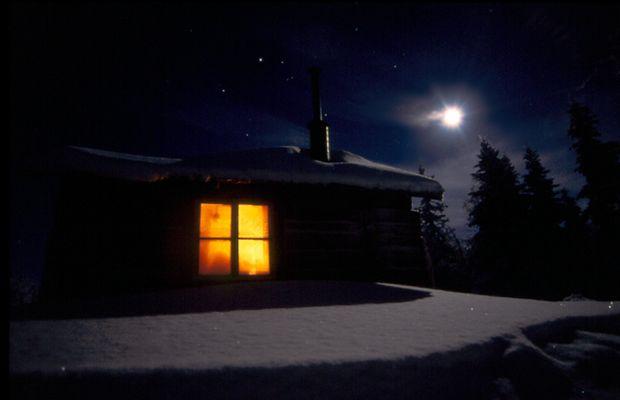 Lappland, eine einsame Hütte im tiefen Schnee, -35 Grad