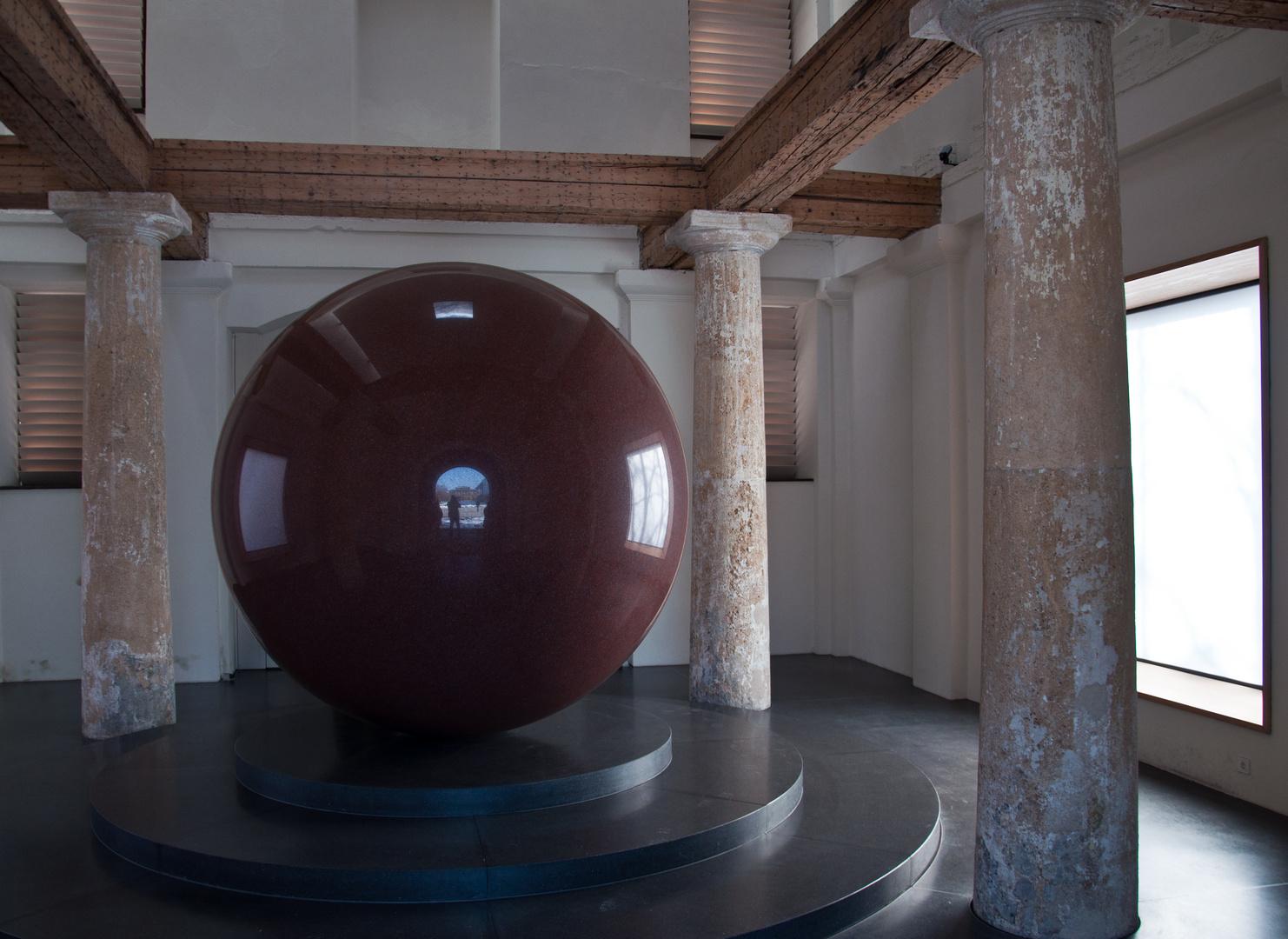Large Red Sphere im Türkentor