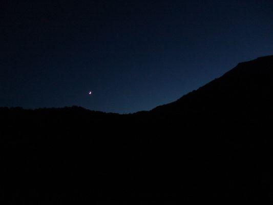 Las montañas se dibujan con los rayos de la luna