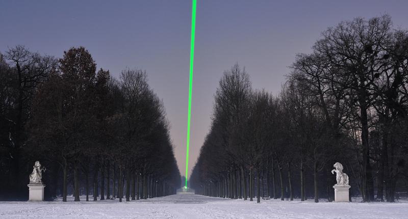 Laser über der Allee