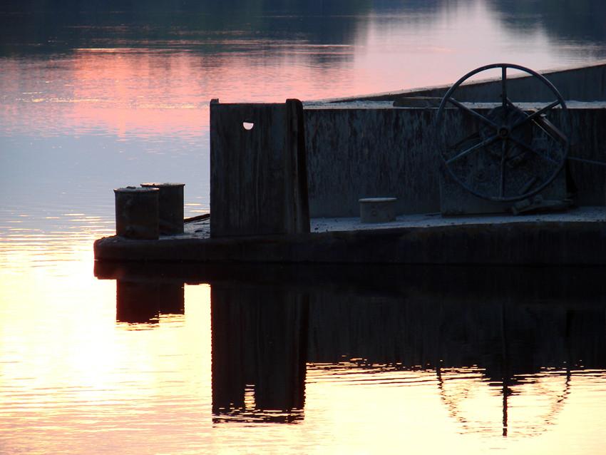 Lastkahn am Kanalufer