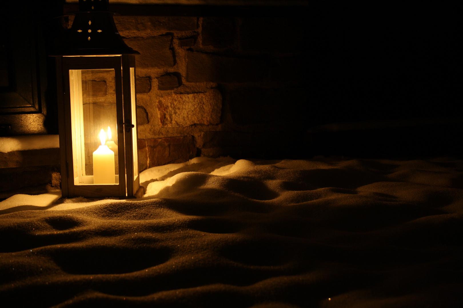 laterne im schnee foto bild lampen und leuchten alltagsdesign motive bilder auf fotocommunity. Black Bedroom Furniture Sets. Home Design Ideas