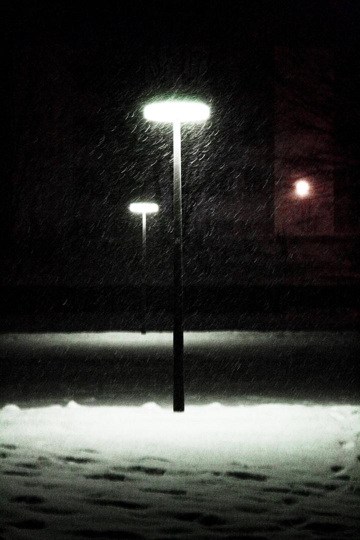 Laterne im Winter bei Nacht