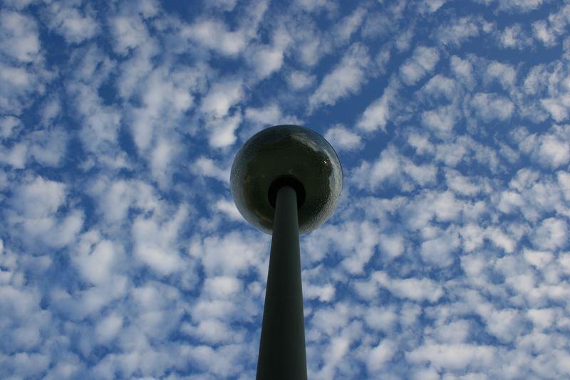 Laterne mit Wolkenhimmel