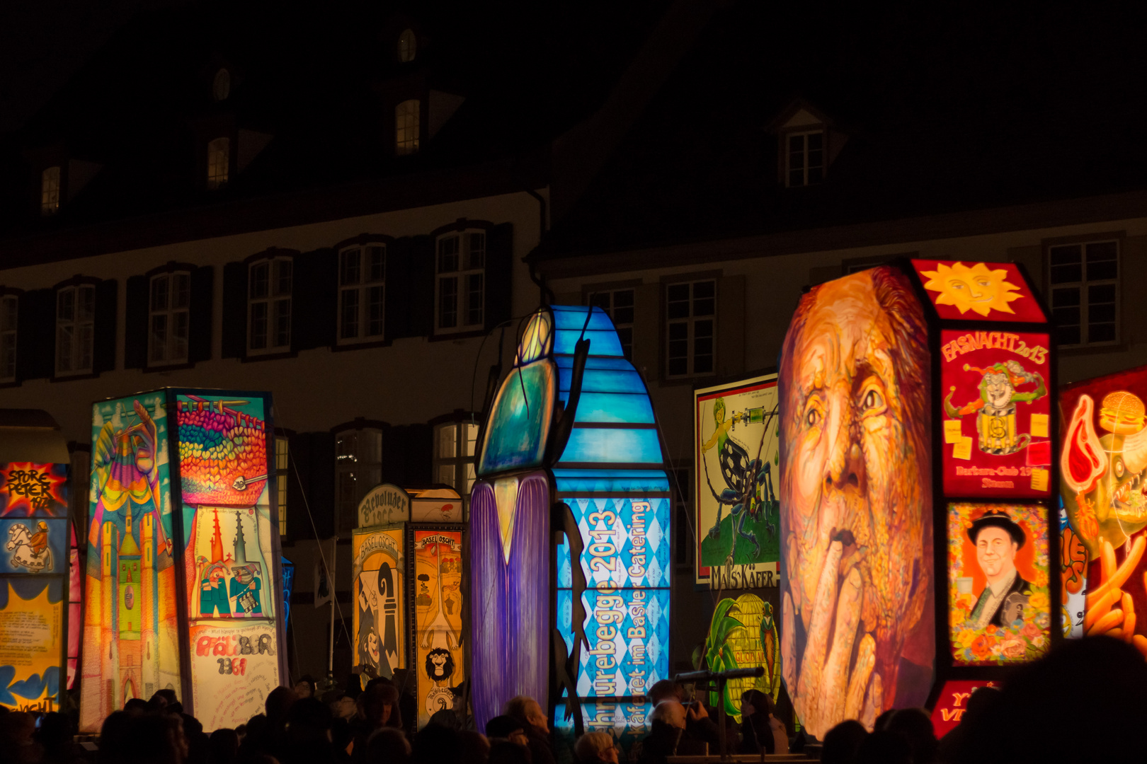 Laternenausstellung auf dem Münsterplatz in der Nacht an der Basler Fasnacht 2013