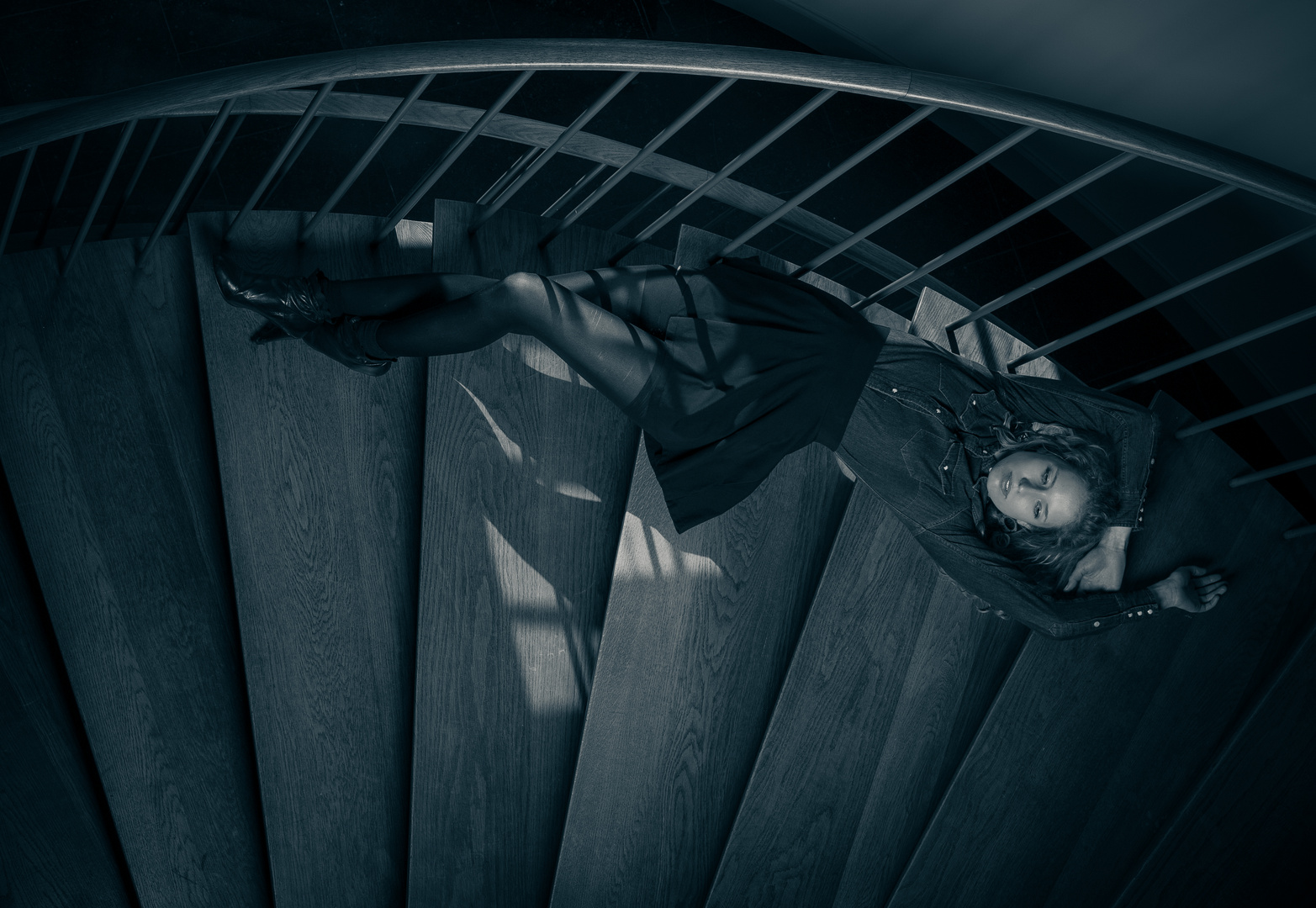 Laura auf der treppe
