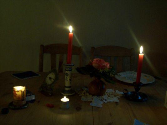 Laura liebt Kerzen in der Dämmerung