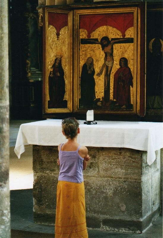 Laura vor dem Altar