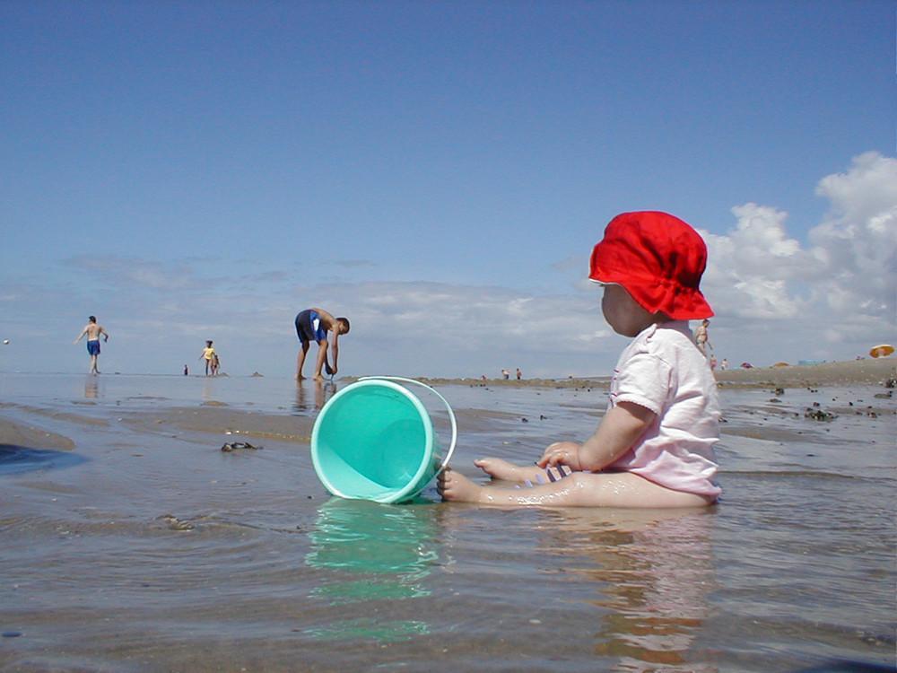 Laura's erster Strandbesuch