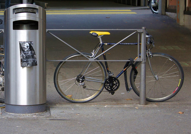 Lausanne, Schweiz, Lausanne-Ouchy, Müllcontainer mit Fahrrad, Mülleimer