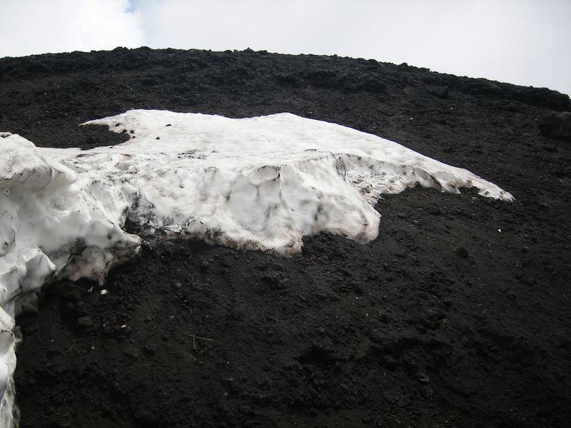 lava y nieve en el Etna