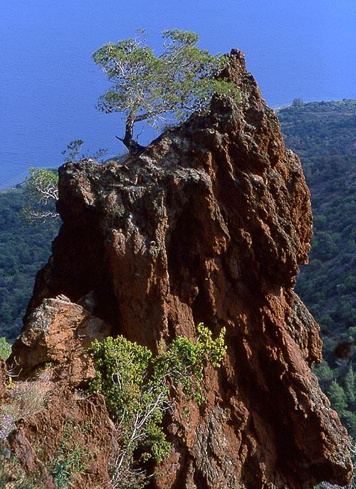 Lavafelsen im Vulkan von Methana