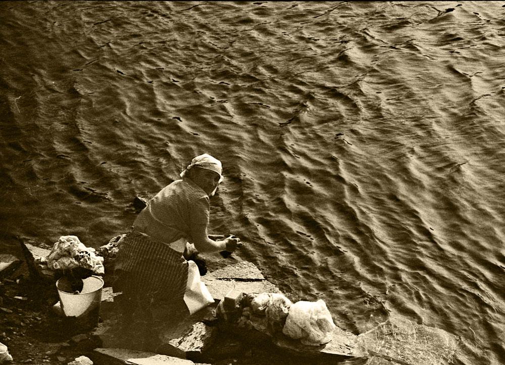 Lavando en el rio Miño-Añp 1.970