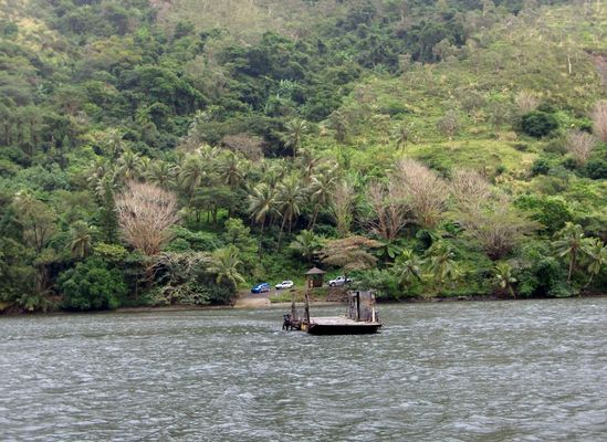 Le bac de la Ouaième sur la côte est de Calédonie