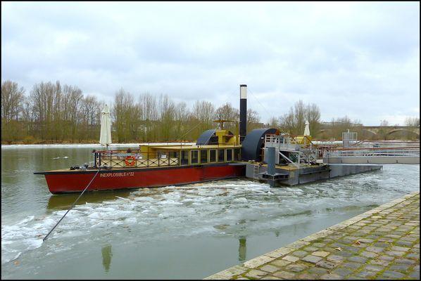 """Le Bateau-Restaurant """"Inexplosible n°22"""" sur  la Loire à ORLEANS (Loiret)"""