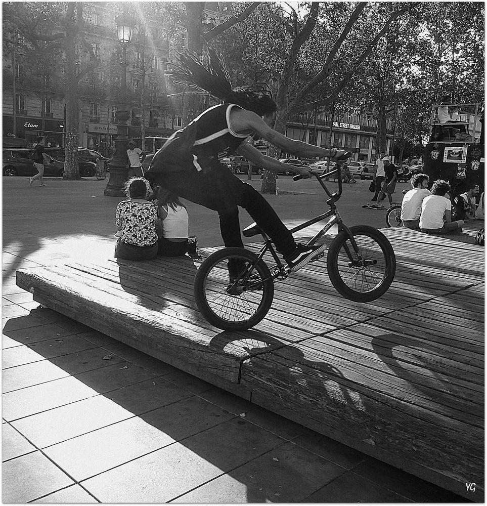 Le bond du rider BMX sur mobilier urbain...