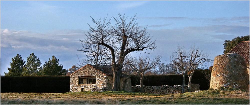 Le cabanon et le vieux puits