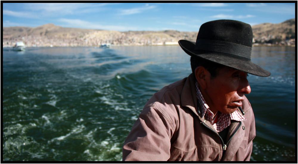 Le capitaine du bateau sur le lac Titicaca