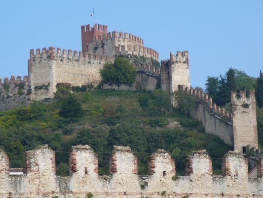 le chateau de Scaligero en Italie ( Soave )
