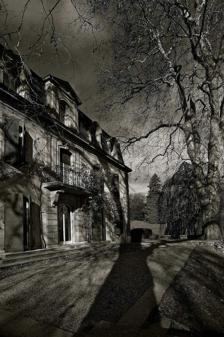 """Le château de Penthes, sous une """"nuit américaine""""."""