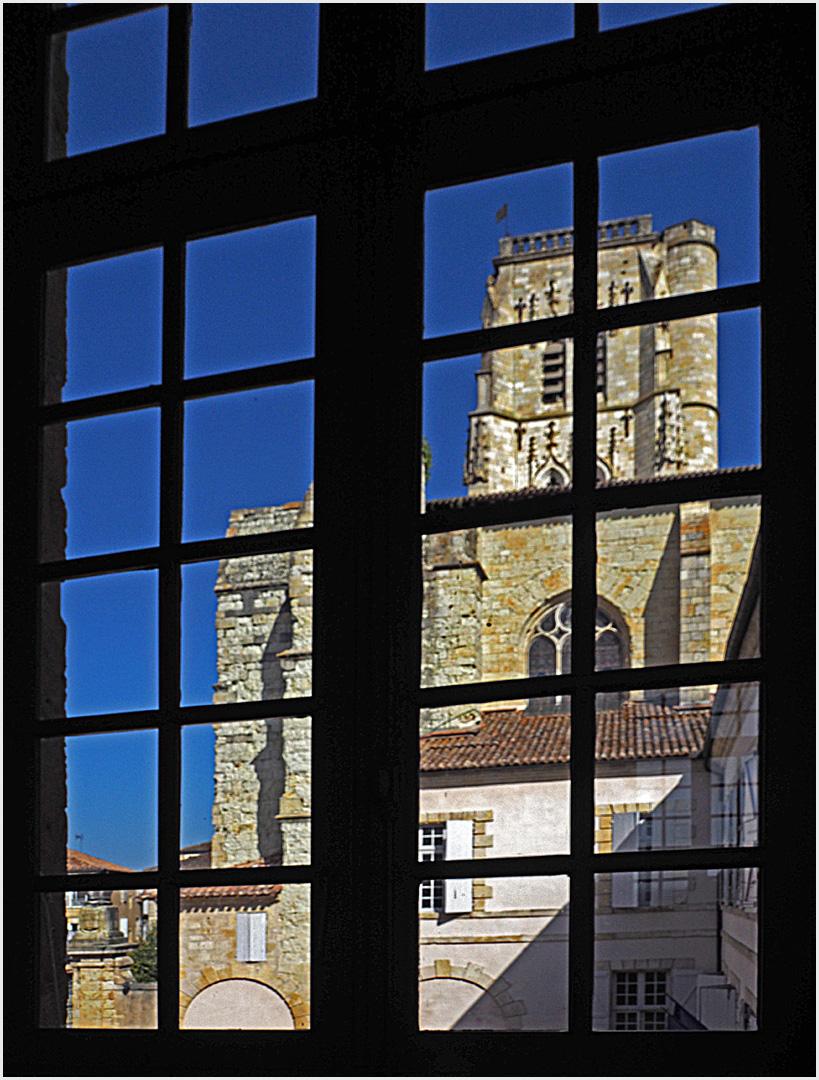 Le clocher de la Cathédrale de Lectoure vu d'une fenêtre de l'Hôtel de ville