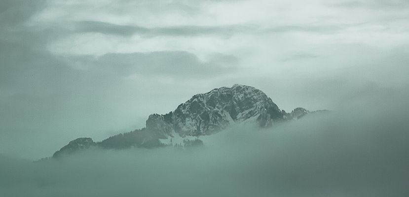 Le colosse dans les nuages