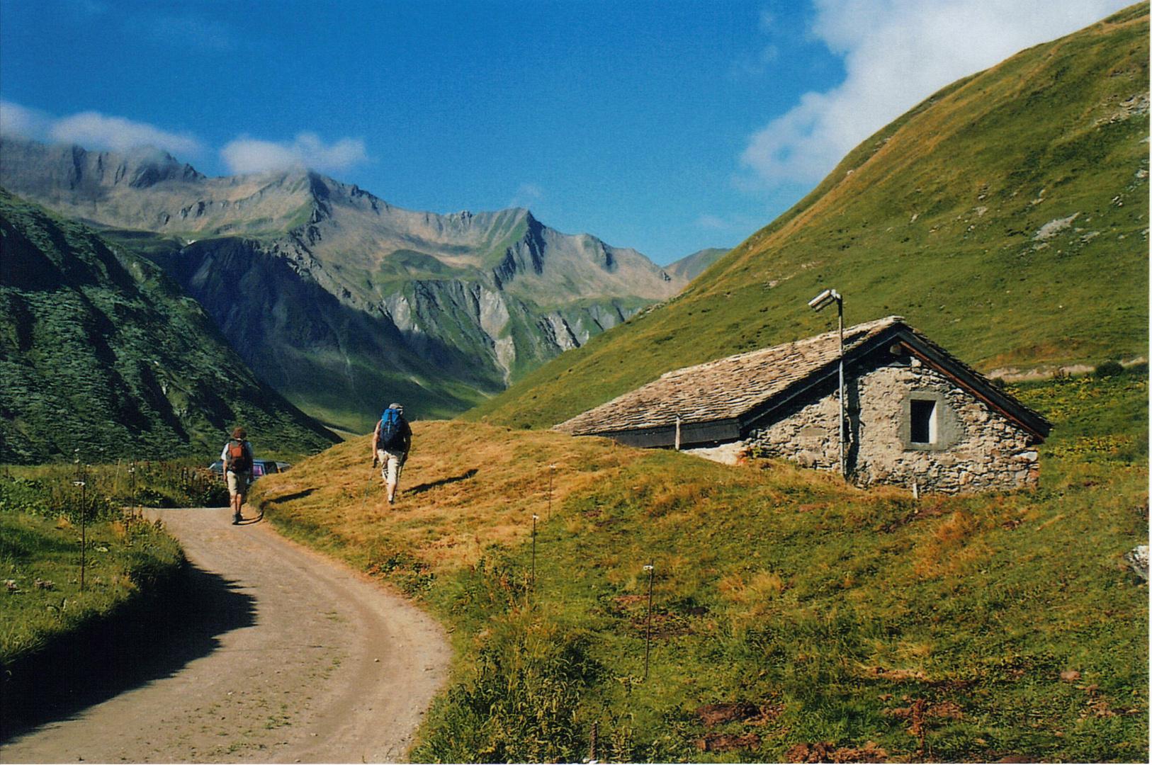 le dédut de la montée vers le grand col ferret, suisse