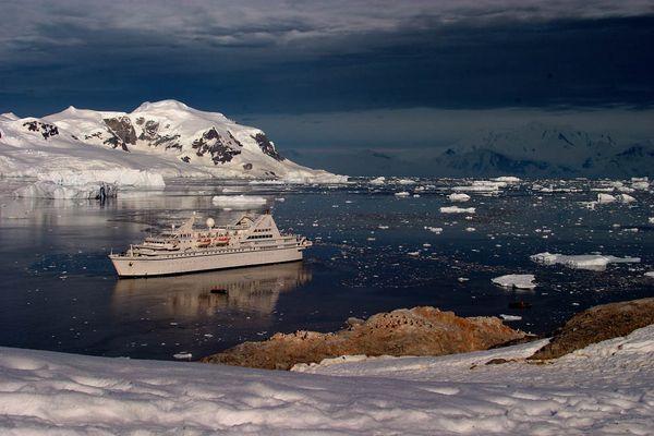 Le Diamant dans Neko Harbour, détroit de Gerlache, péninsule Antarctique.