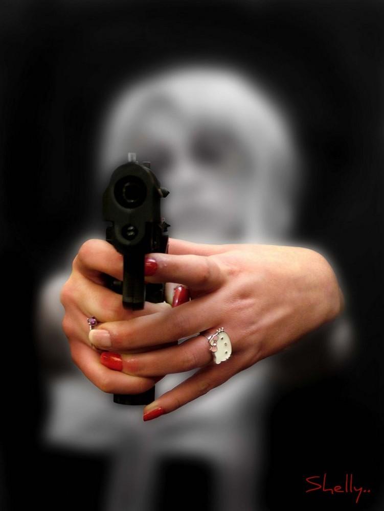 Le donne con la pistola...se la tirano..!