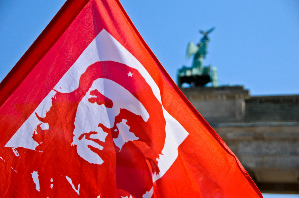 Le drapeau de Che Guevara brandit devant la porte de Brandenbourg lors du 1 Mai