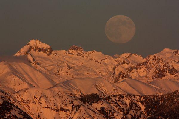Le Gelas au coucher du soleil et au lever de la lune.
