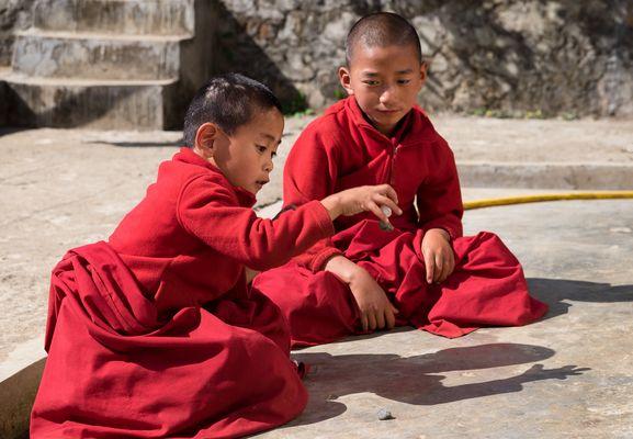 LE JEU ( les osselets?) - dans un cloitre au BHUTAN