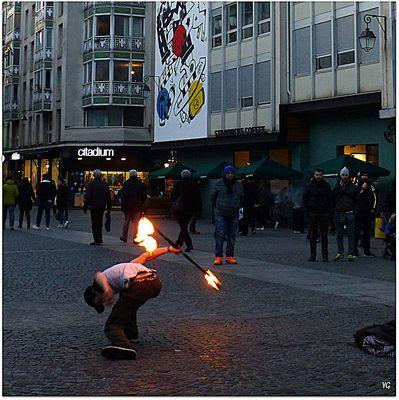 Le jongleur-de-feu saltimbanque...
