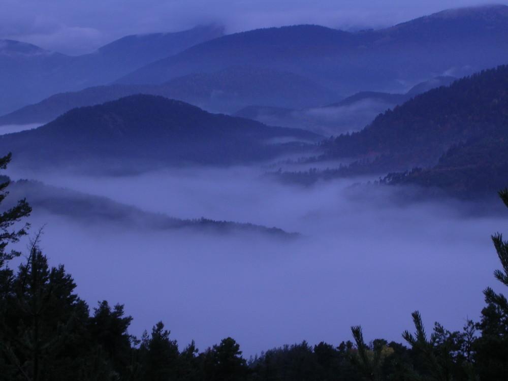 le jour se lève sous la brume Alpes Provençale