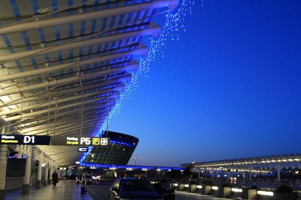 le jour se leve sur l'aeroport de nice