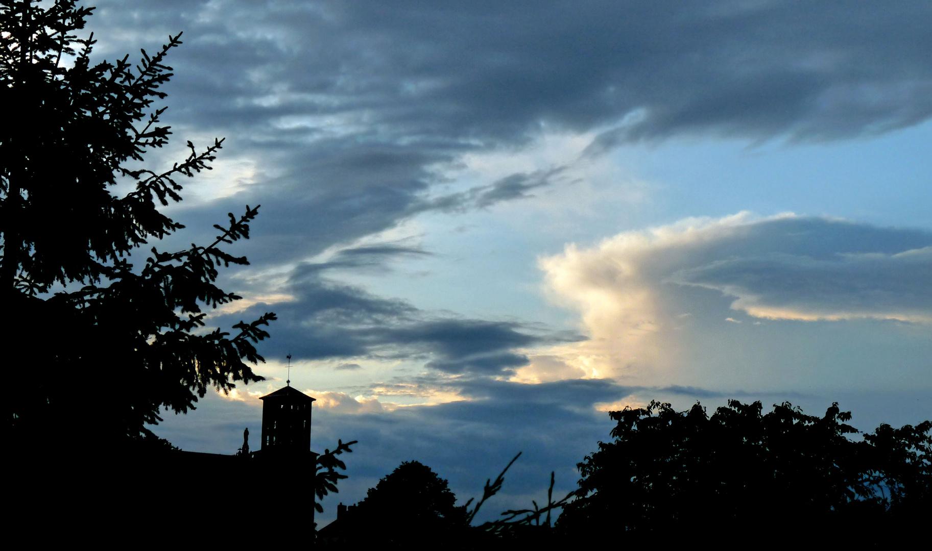 Le jour tombe, le ciel s'éclaire.