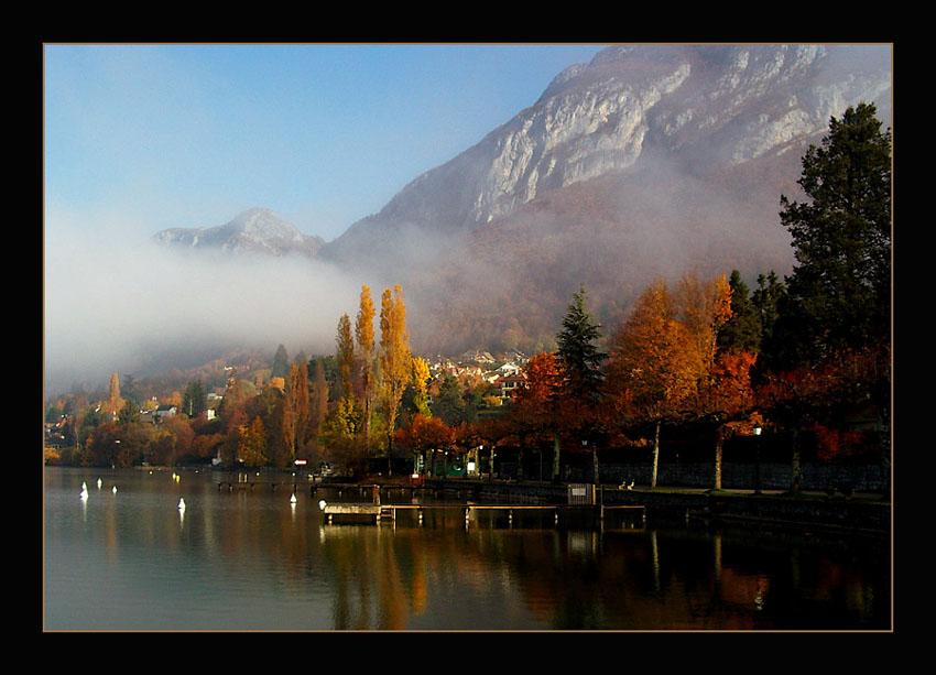 Le Lac d'Annecy à Menthon Saint-Bernard en Automne