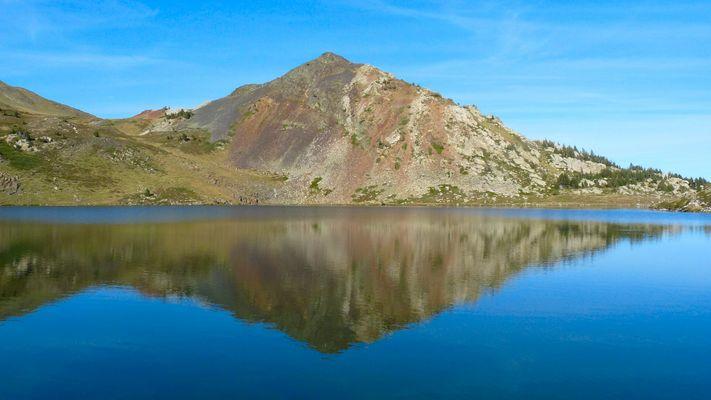 Le lac et le pic du Castella