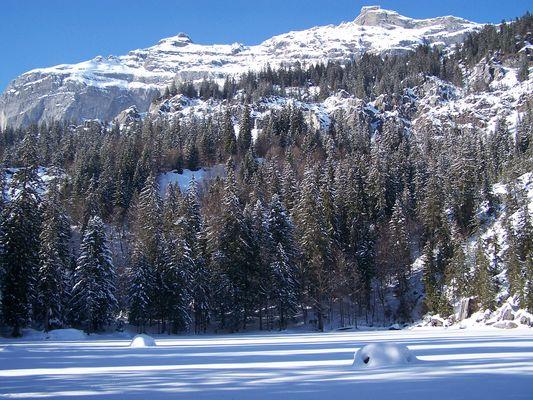 Le lac vert enneigé...